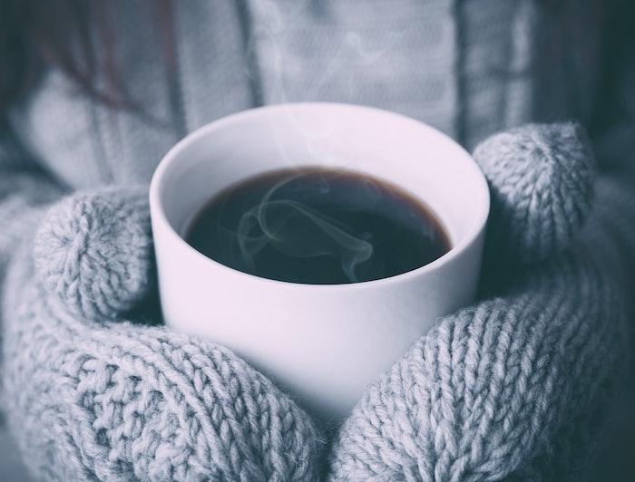 fond d écran hiver en tasse de café blanche, gants et pull gris, idée image cocooning, hygge