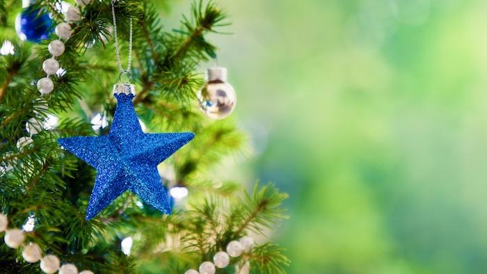 fond d écran noel en arbre, sapin de noel vert, décoré de guirlande de perles blanches, étoile noel bleue et boules de noel