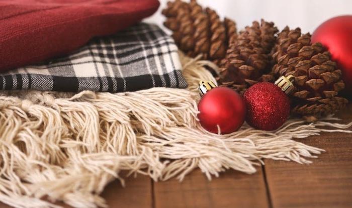 exemple fond d écran noel, couvertures en blanc, rouge et noir, boules de noel rouges et pommes de pin