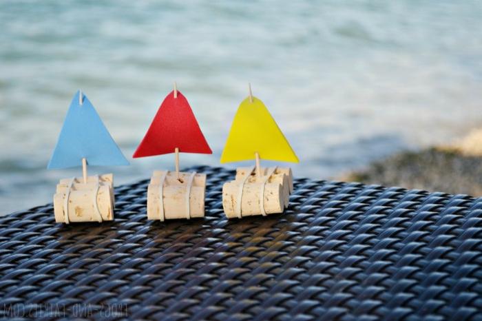 Bricolage manuelle idée décoration avec des bouchons de liège bateau à mettre dans l eau