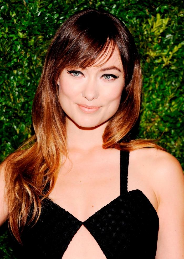 frange sur le coté pour quel visage, robe noire avec bretelles, couleur de cheveux marron avec pointes éclaircies