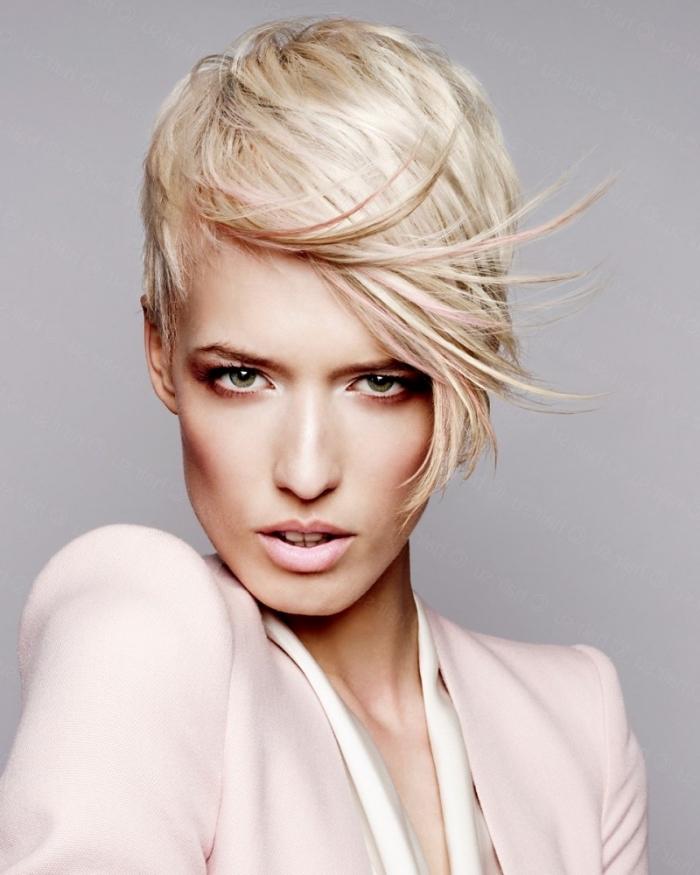 cheveux courts, couleur de cheveux blond gris avec mèches rose pastel, coiffure féminine aux cheveux courts avec frange longue de côté