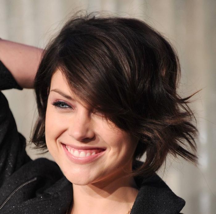coupe de cheveux court femme, coiffure célébrité de Jessica Stroup, maquillage aux lèvres rose et yeux smoky