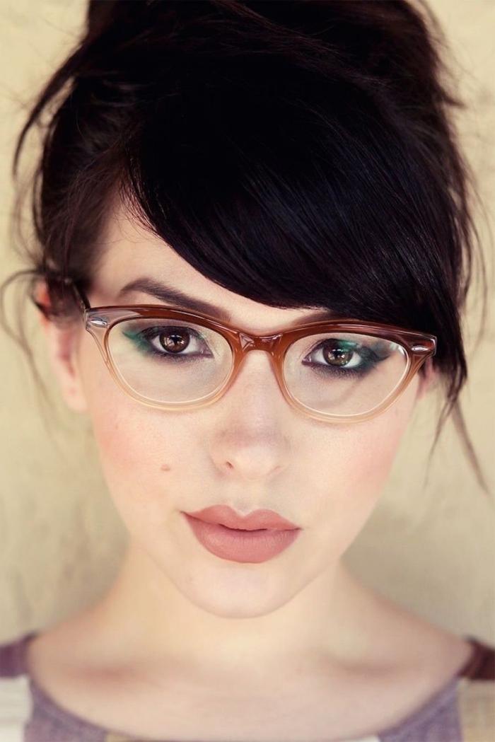 coiffure avec frange, maquillage aux lèvres marron mat et yeux smoky, coiffure cheveux attachés en chignon haut avec frange