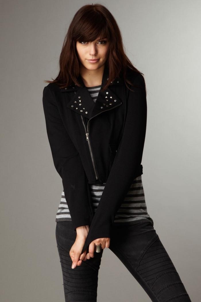 coupe de cheveux avec frange, tenue féminine en pantalon et veste noirs avec blouse rayée en gris et noir