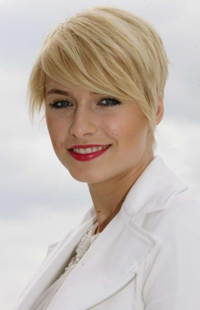 coiffure femme frange, coupe de cheveux féminine courts, couleur de cheveux blond avec reflets dorés