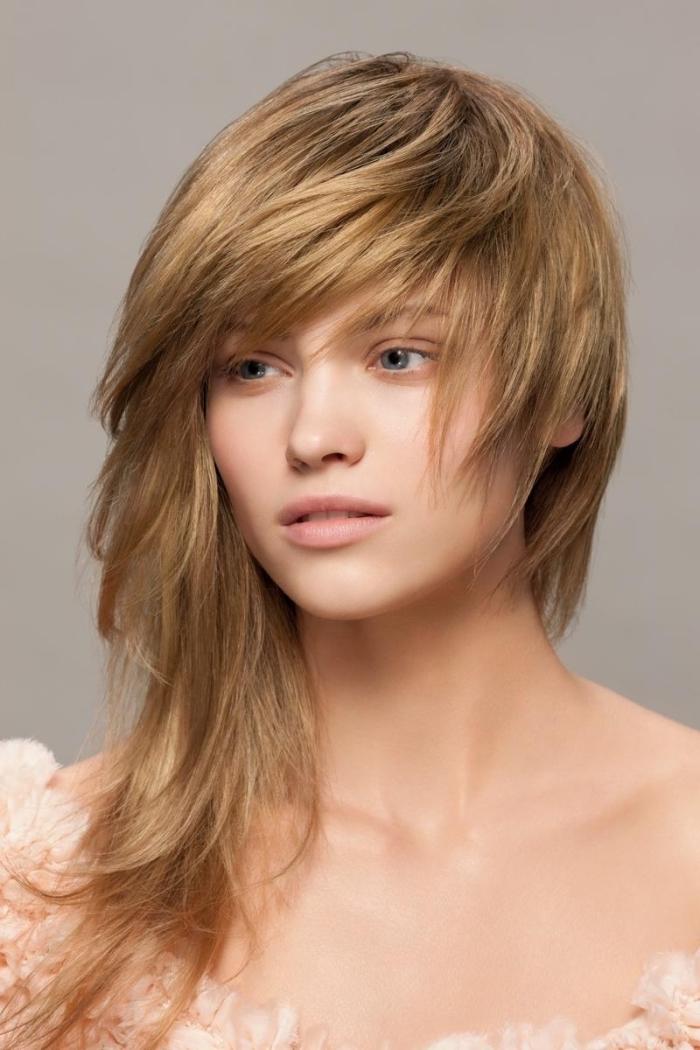 frange pour qui, idée coiffure cheveux longs dégradés avec frange de côté, couleur de cheveux miel doré
