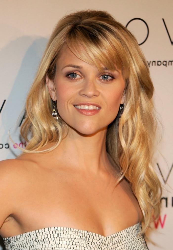 coiffure célébrité de Reese Witherspoon, robe blanc et noir avec bustier coeur, cheveux longs et bouclés avec frange de côté