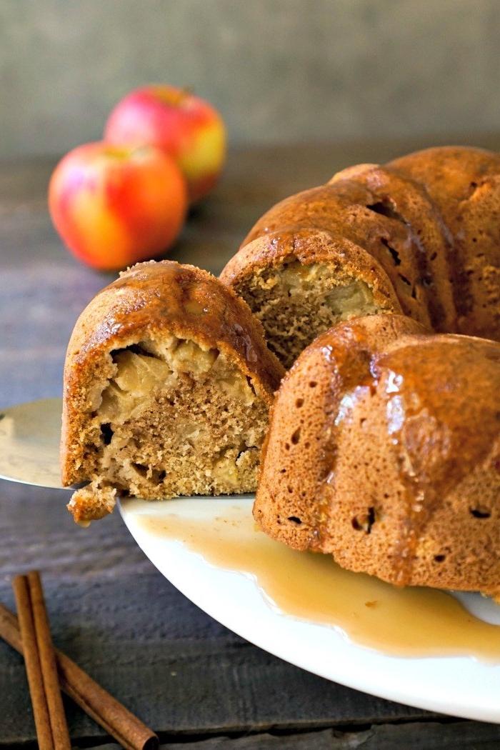 recette facile pour accompagner le thé, dessert d'automne gâteau moelleux aux pommes et à la cannelle avec de la sauce caramel