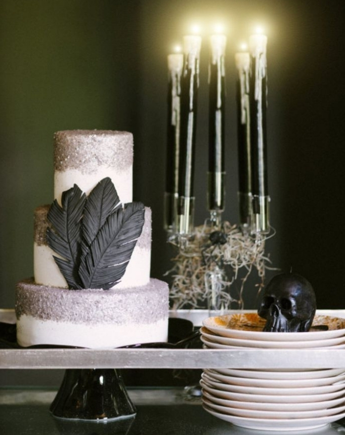 idee deco halloween, décoration table halloween avec gâteau blanc et noir et bougies noires