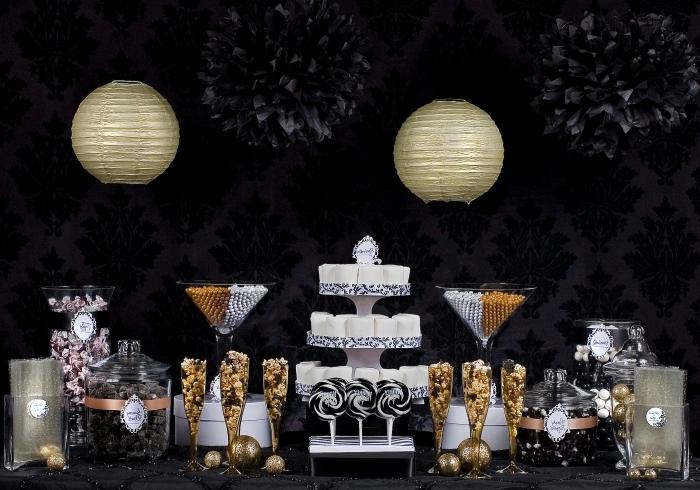 soiree halloween, pièce aux murs habillés en papier peint noir et gris avec table noire décorée pour Halloween