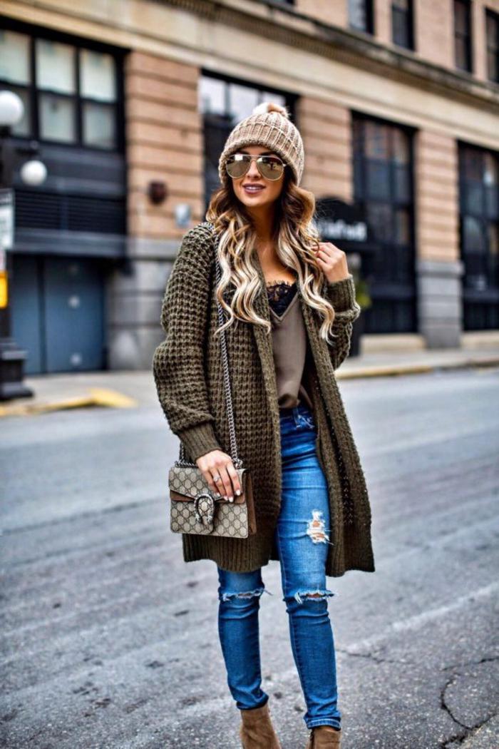 look chaud et stylé en automne avec un cardigan maxi gaufré en vert kaki combiné avec un top bretelles et jeans troué