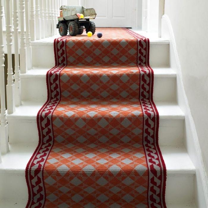 habillage escalier de tapis gris, orange et rouge à motifs geometriques sur un escalier blanc, jouet enfant
