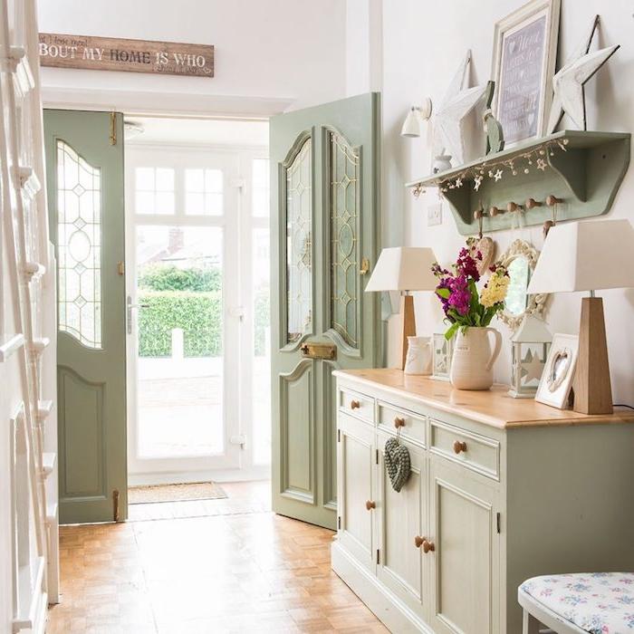 modele de halle d entrée maison, meuble, aptère et portes en céladon couleur, revetement sol bois, décor et escalier blanc