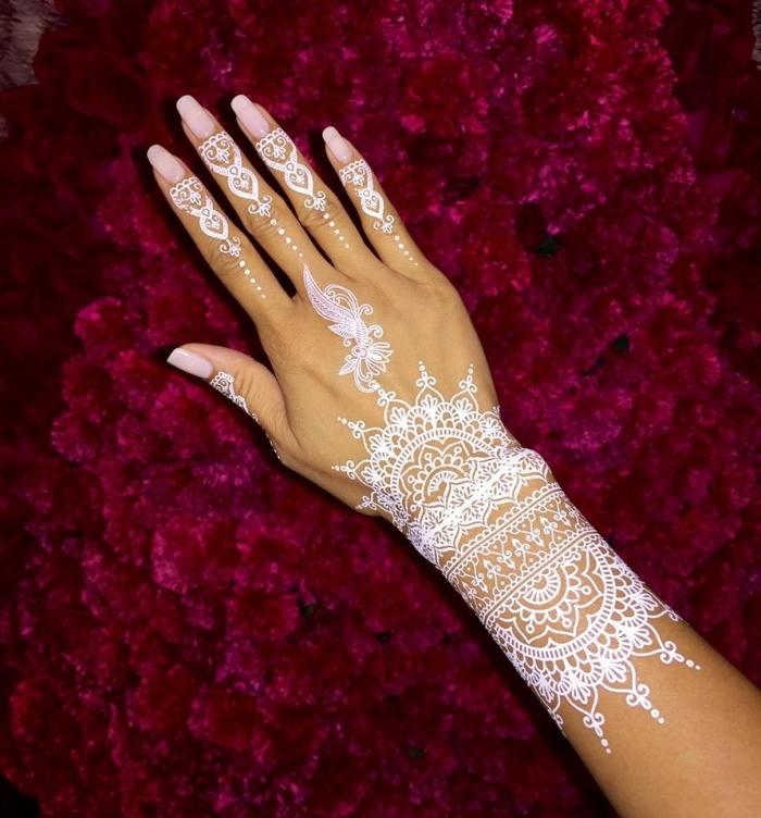 modele henné main, tatouage temporaire au henné blanc, mains féminins aux ongles longs et vernis nude