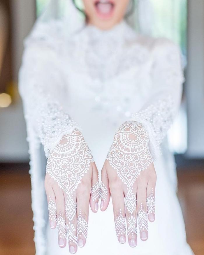 tatouage non permanent, dessins au henné blanc sur les mains, tatouage imitation gants féminins à motifs ethniques