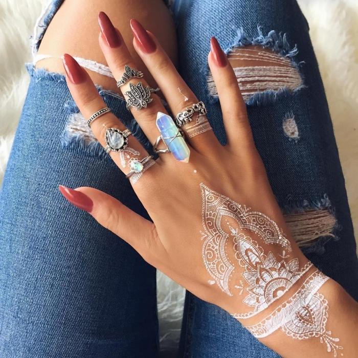 modele henné main, tatouage non permanent au henné blanc, dessin sur la peau à motifs ethniques pour femme