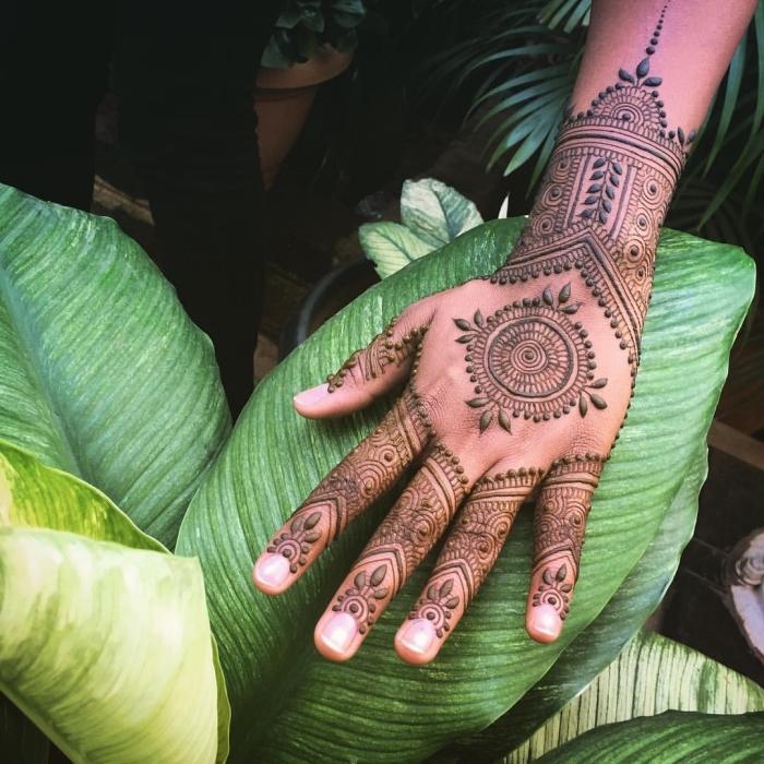tatouage temporaire, art de dessiner sur la peau au henné, tatouage non permanent à motifs gouttes d'eau