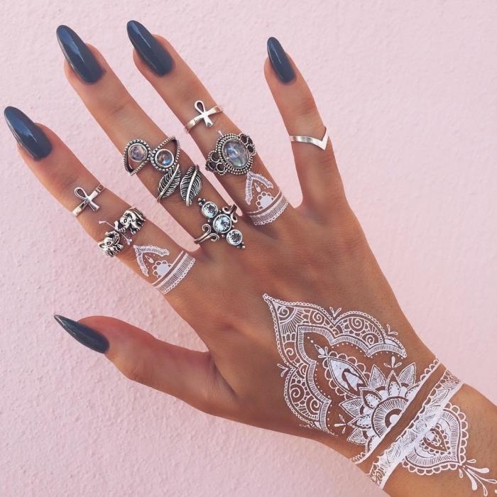 modele henné main, manucure aux ongles longs et vernis bleu foncé, tatouage temporaire au henné blanc