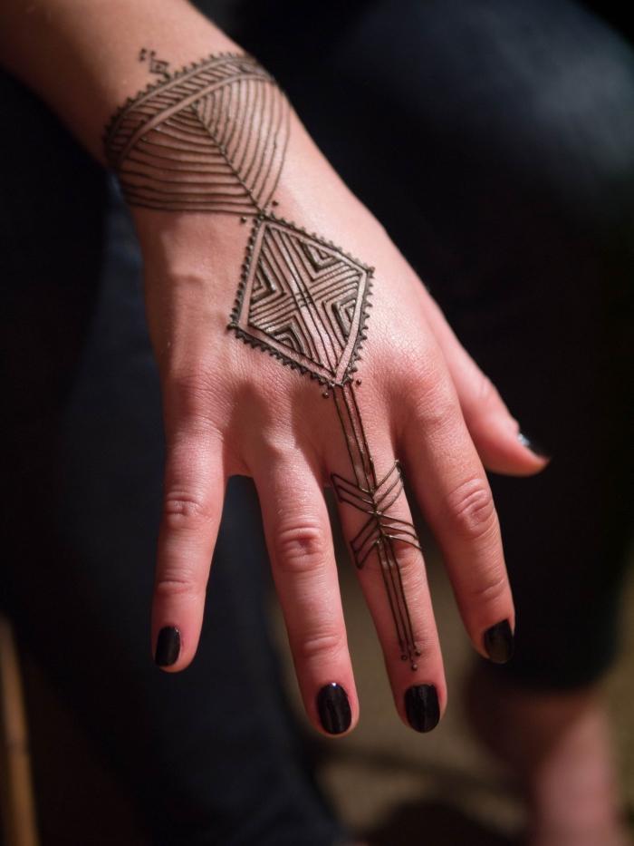 tatouage temporaire, dessin sur les mains et les doigts pour femme, tattoo au henné noir et manucure noire