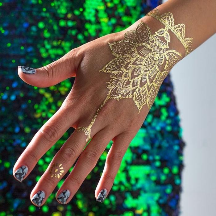 modele henné main, manucure à design marbre gris et noir, tatouage temporaire à design bijoux dorés au henné doré
