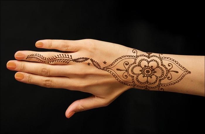 henné doigt, tatouage temporaire pour femme à design feuilles et mandala, tatouage simple sur les mains