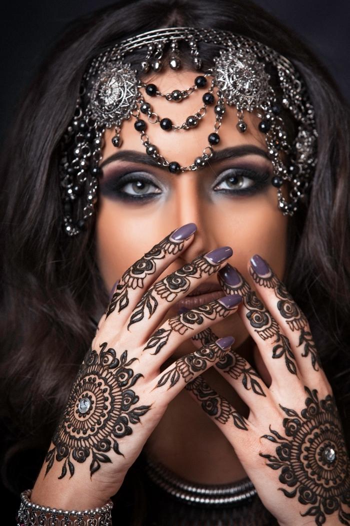 henné doigt, coiffure cheveux longs avec accessoire de tête en perles noires, maquillage yeux gris, art corporel pour femme