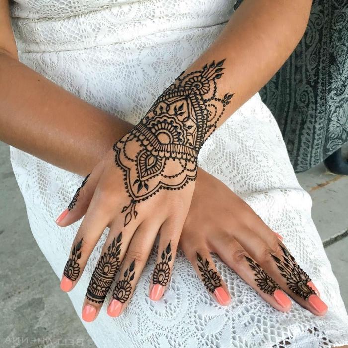 tatouage temporaire, robe mi longue et blanche à décoration en dentelle florale, tatouage au henné noir et motifs ehtniques