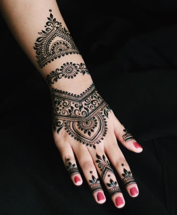tatouage temporaire, dessin au henné noir sur les mains à design ethnique, décoration sur la peau pour femme