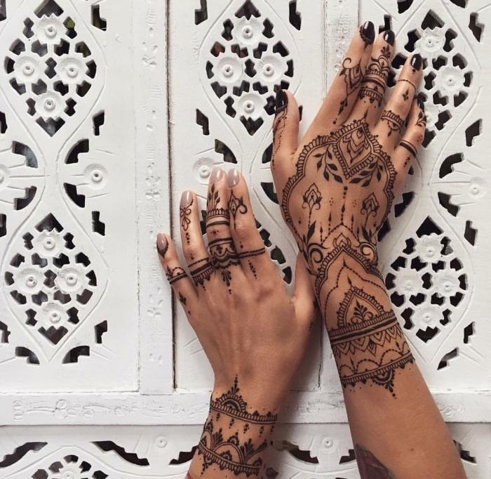 dessin henné, tatouage temporaire sur mains féminins, manucure ongles gris et noirs, tattoo à design ethnique
