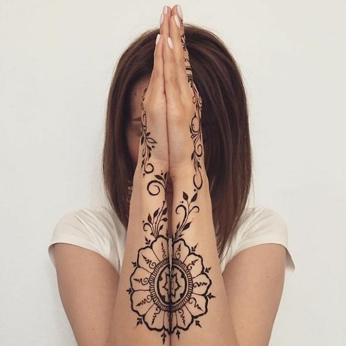 modele henné main, coiffure de cheveux mi longs pour femme, tatouage temporaire sur les bras à design florale