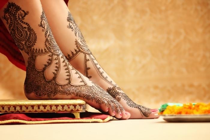 tatouage temporaire à design ethnique pour femme, dessin au henné noir sur les pieds à motifs floraux