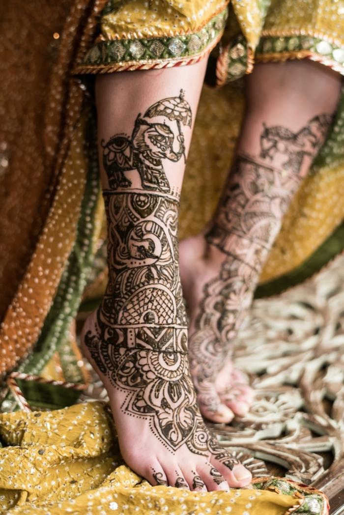 tatouage au henné, dessin sur la peau au henné noir, tatouage à design ethnique sur les pieds pour femme