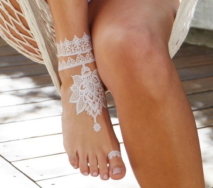 modele henné pied, tatouage au henné blanc à motif bracelet de cheville, tatouage dentelle florale en blanc