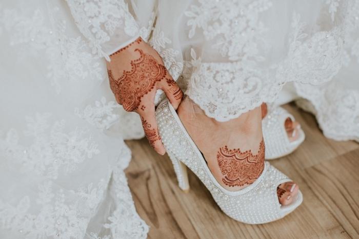 modele henné, paire de chaussures à talons hauts avec décoration en perles blanches, tatouage au henné rouge