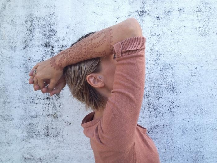 tatouage non permanent, art corporel à design féminin, tatouage au henné rouge à motifs mandala sur les bras