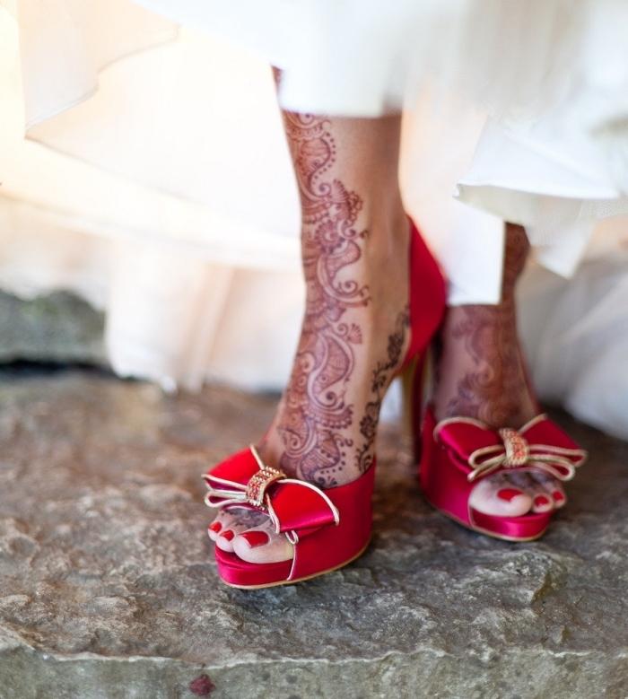 tatouage henne, modèle de chaussures rouges à talons hauts avec ruban devant, tatouage au henné rouge à design ethnique