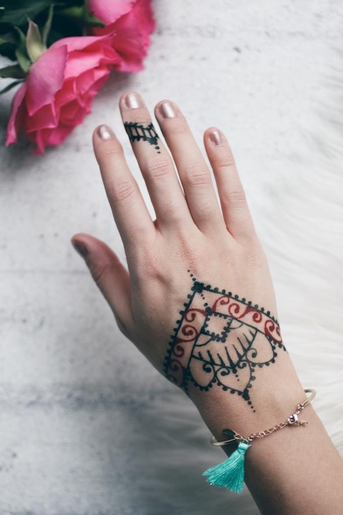 tatouage au henné, modèle de dessin au henné noir et rouge pour femme, tatouage sur la main et le doigt