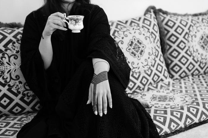 tatouage temporaire pour femme à design bracelet élégant, tatouage au henné noir en lignes droites et triangulaires