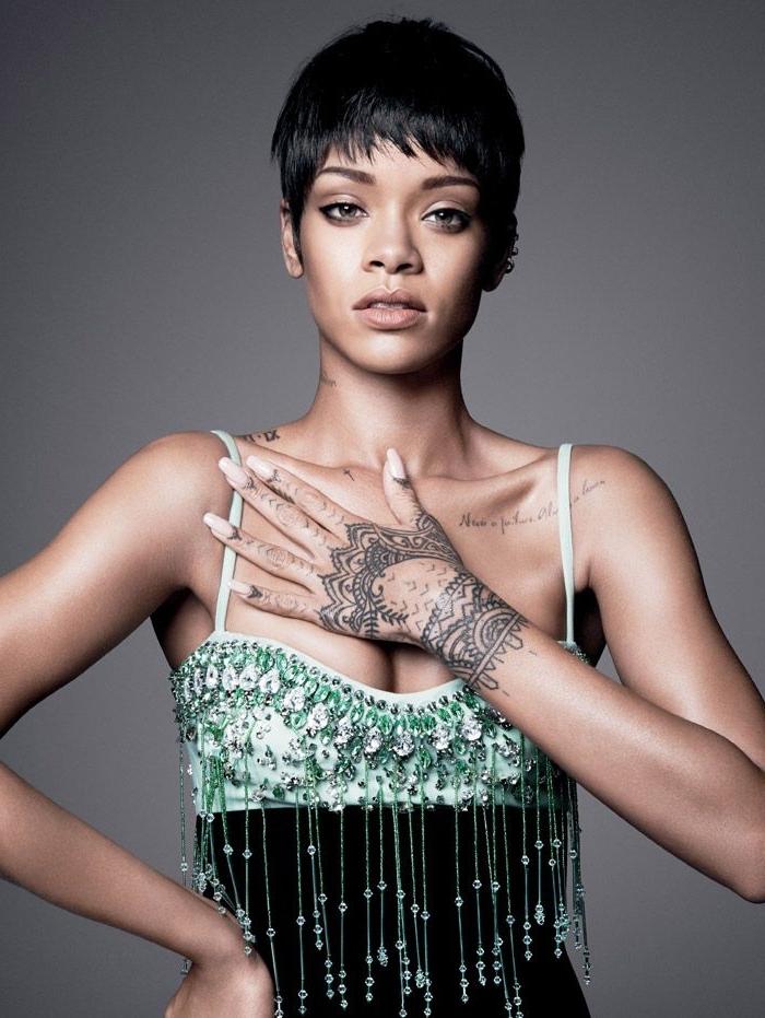 henné simple main, tatouage inspiration célébrité, mains henné de Rihanna avec ongles longs à vernis nude