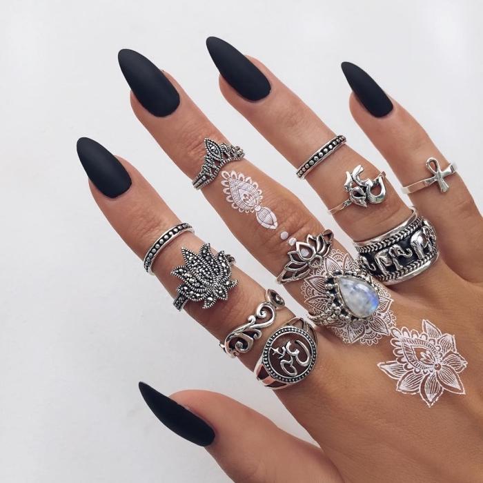 henné main simple, bijoux métalliques pour femme, petit tatouage au henné blanc sur les doigts féminins