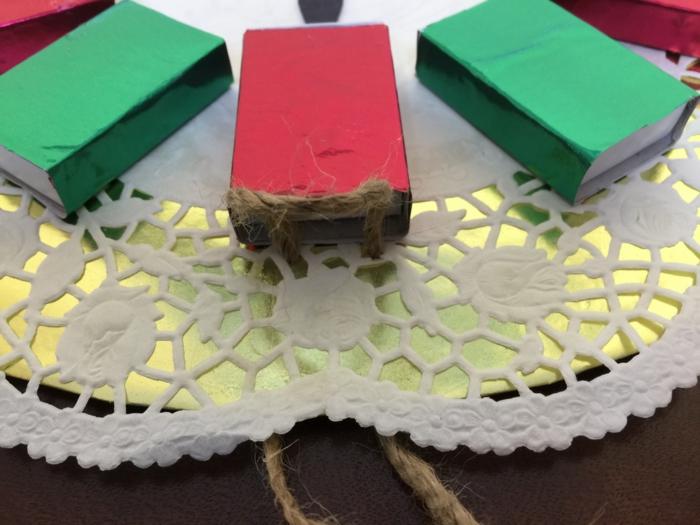 horoge de Noel, boîtes d'allumettes décorées de papier coloré et utilisées pour une horloge diy