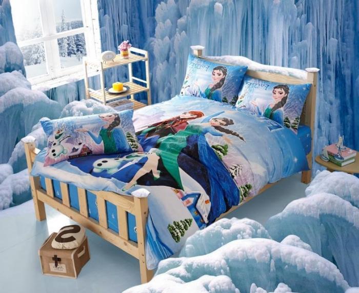lit reine des neiges, petit lit chambre enfant à cadre bois clair, décoration murale à papier peint design 3D glace