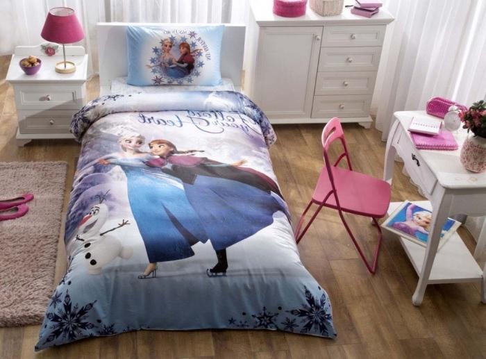 lit reine des neiges, tapis beige moelleux et plancher en bois, petite table de chevet blanche avec lampe de chevet rose