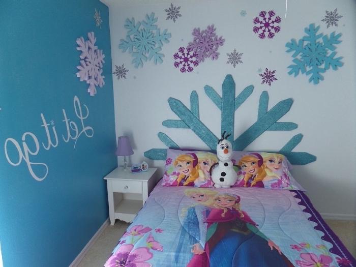 decoration reine des neiges, tête de lit diy de carton en forme flocon de neige géante, Olaf en peluche