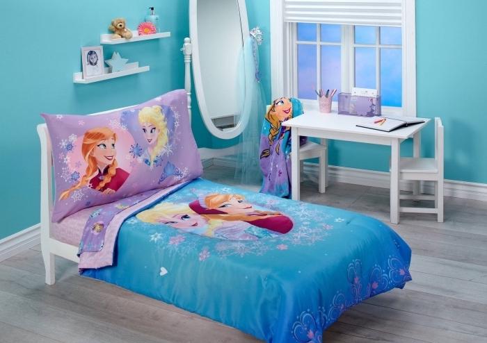 peinture interieur, aménagement chambre enfant en style Frozen, housse grand oreiller avec Elsa et Anna