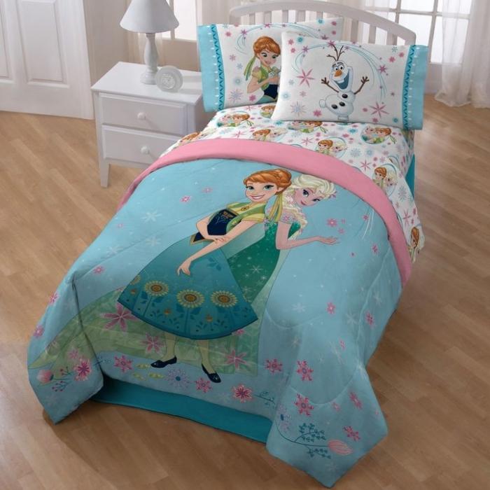 deco chambre fille, grande fenêtre à carreaux avec rideaux longs blancs, housse d'oreiller à design Anna et Olaf