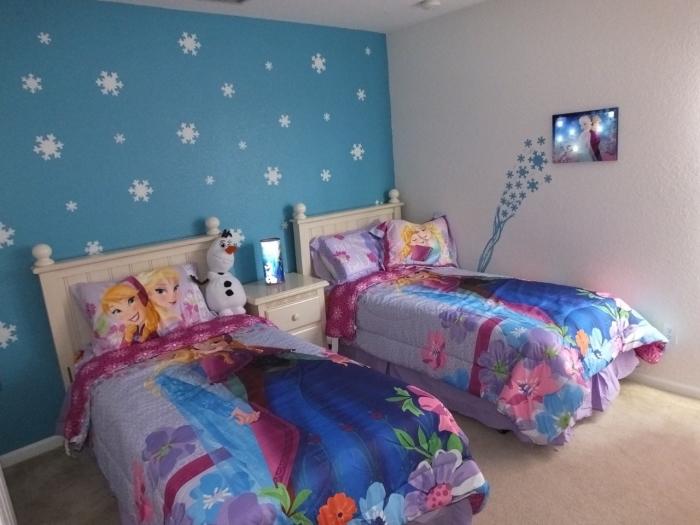 peindre un mur, chambre fille aux murs blanc et bleu avec déco flocon de neige, housse d'oreiller à design Anna et Elsa
