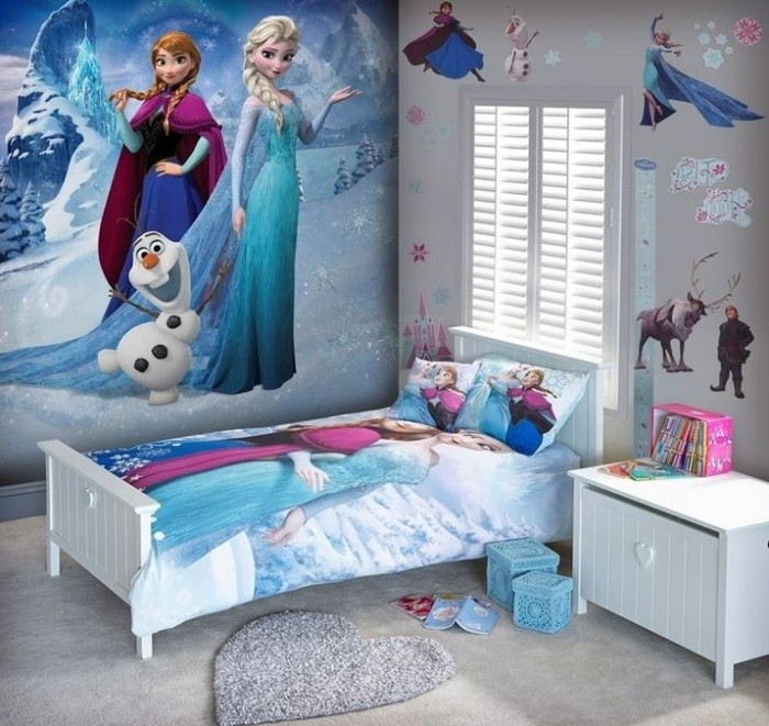 deco chambre fille, stickers autocollant sur les murs à motifs Elsa Anna et Olaf, linge de lit à design Frozen