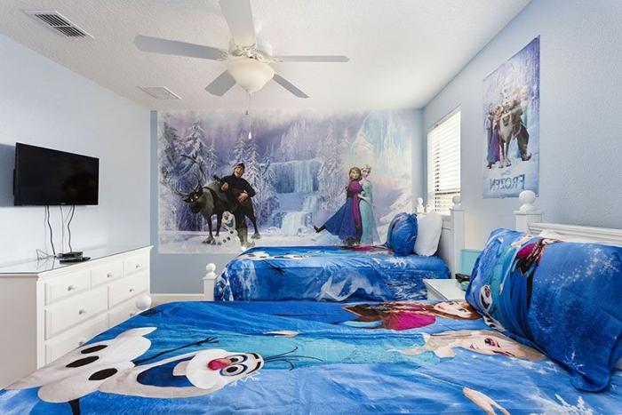 peinture interieur, chambre aux murs blancs avec stickers autocollant à design reine des neiges, linge de lit à design Anna Elsa Olaf